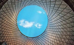 360-Grad-Blick durch eine Rotunde in den blauen Himmel.