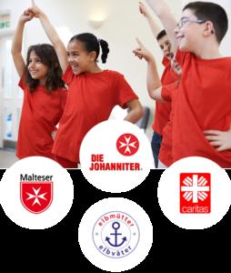 Tanzende Kinder mit roten T-Shirts. Darunter platziert sind diese Logos: Malteser, Die Johanniter, Caritas, Elbmütter.