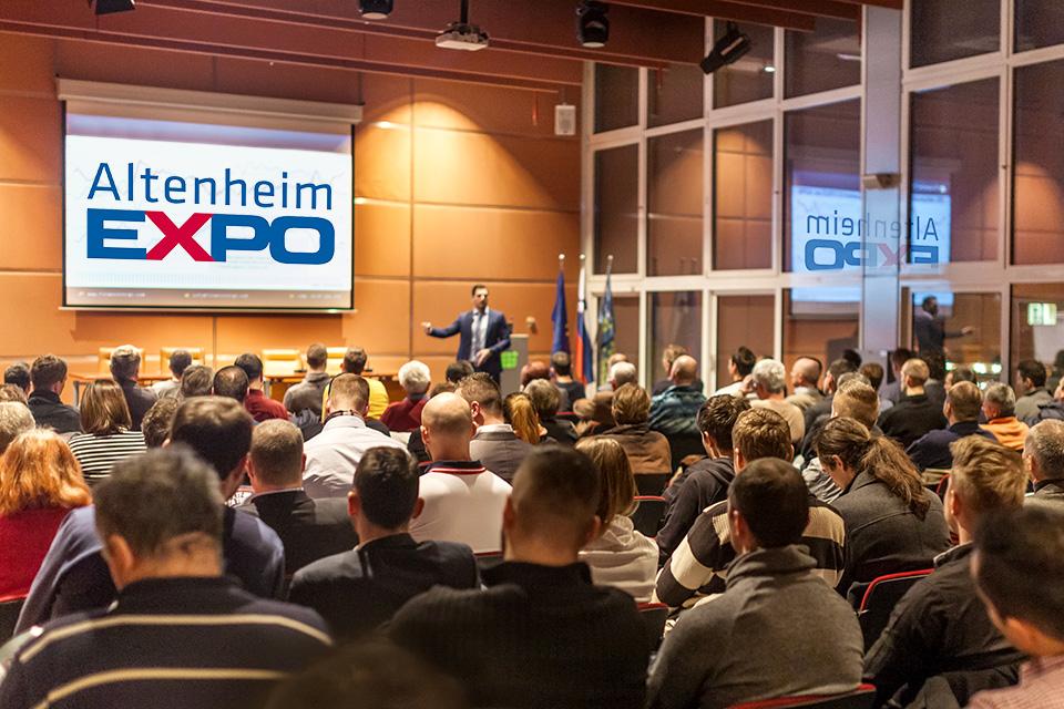 Konferenzsaal voll mit Zuhörerern