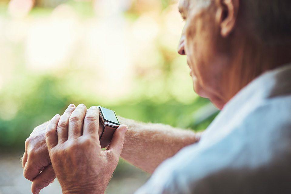 TERRANUS Wissenswert: älterer Herr mit Smartwatch