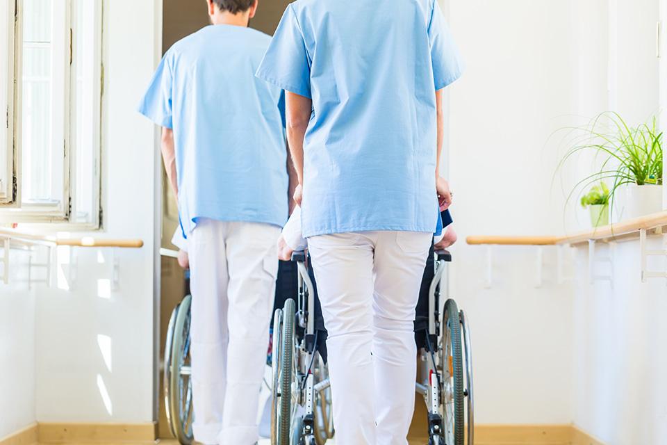 Pföeger schieben Senioren im Rollstuhl